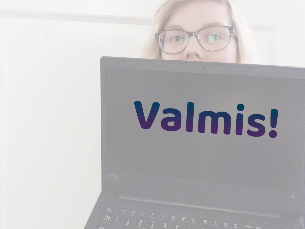"""Hakukoneoptimointi kertahommana, kuvassa Viivi näyttää tietokonetta, jossa lukee """"Valmis!""""."""